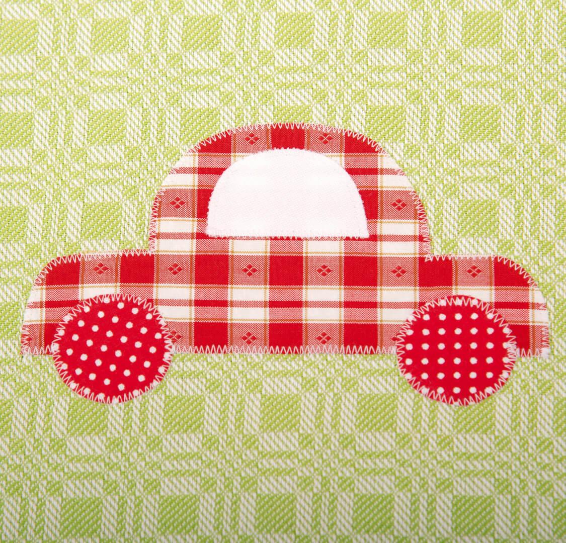 Grünes Geschirrtuch mit rotem Auto