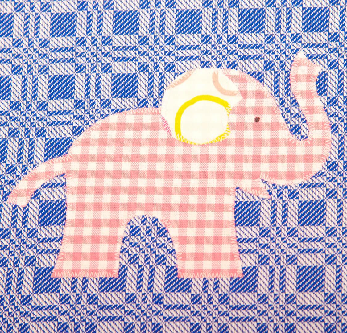 Dunkelblaues Geschirrtuch mit rosa Elefant