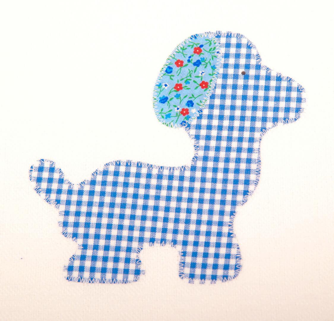 Weißes Geschirrtuch mit blauem Hund