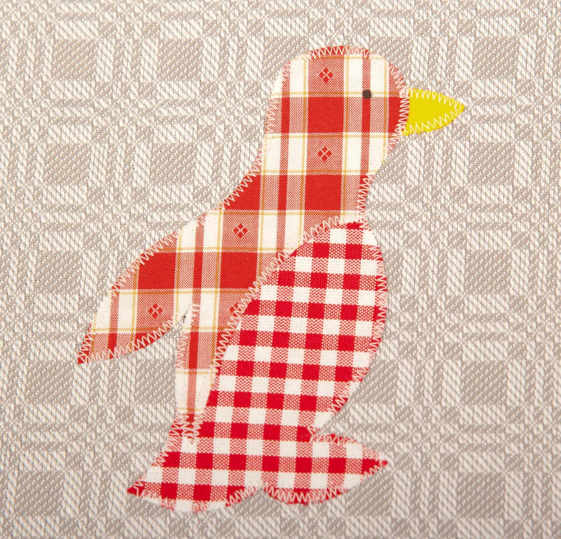 Graues Geschirrtuch mit rotem Pinguin