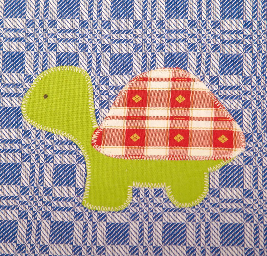 Blaues Geschicrrtuch mit rot/grüner Schildkröte