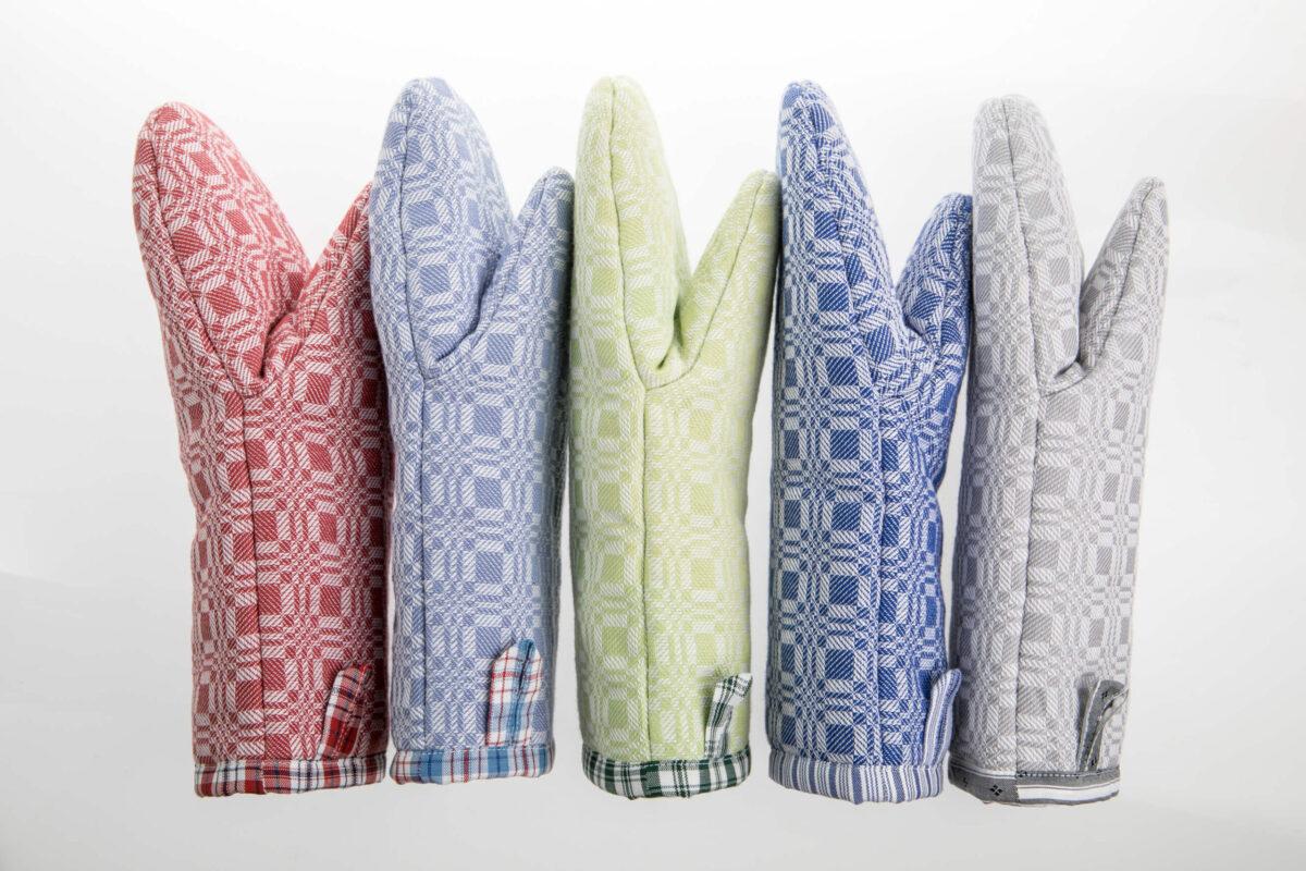 Fünf Kochhandschuhe in unterschiedlichen Farben